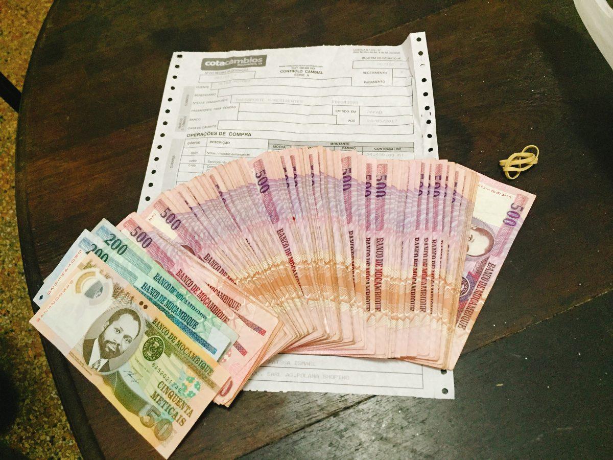 アフリカの実情!賄賂警察&空港職員?何が正義だ in モザンビーク!