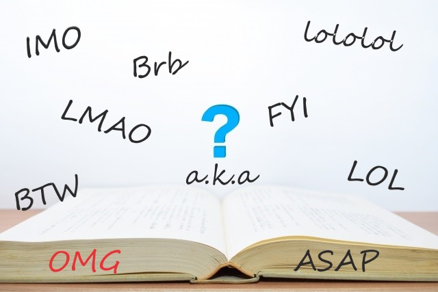 【英語初心者必見!】最もよく使われる英語の略語まとめ!LOL、FYI、IMOなど頭字語一覧!